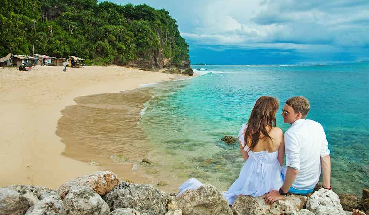 jeunes mariés sur la plage en Thaïlande