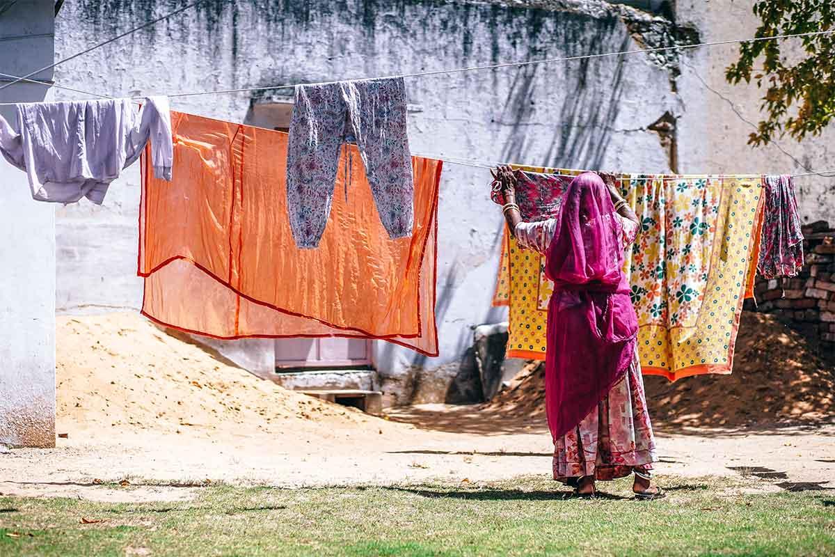 inde, femme étendant sa lessive