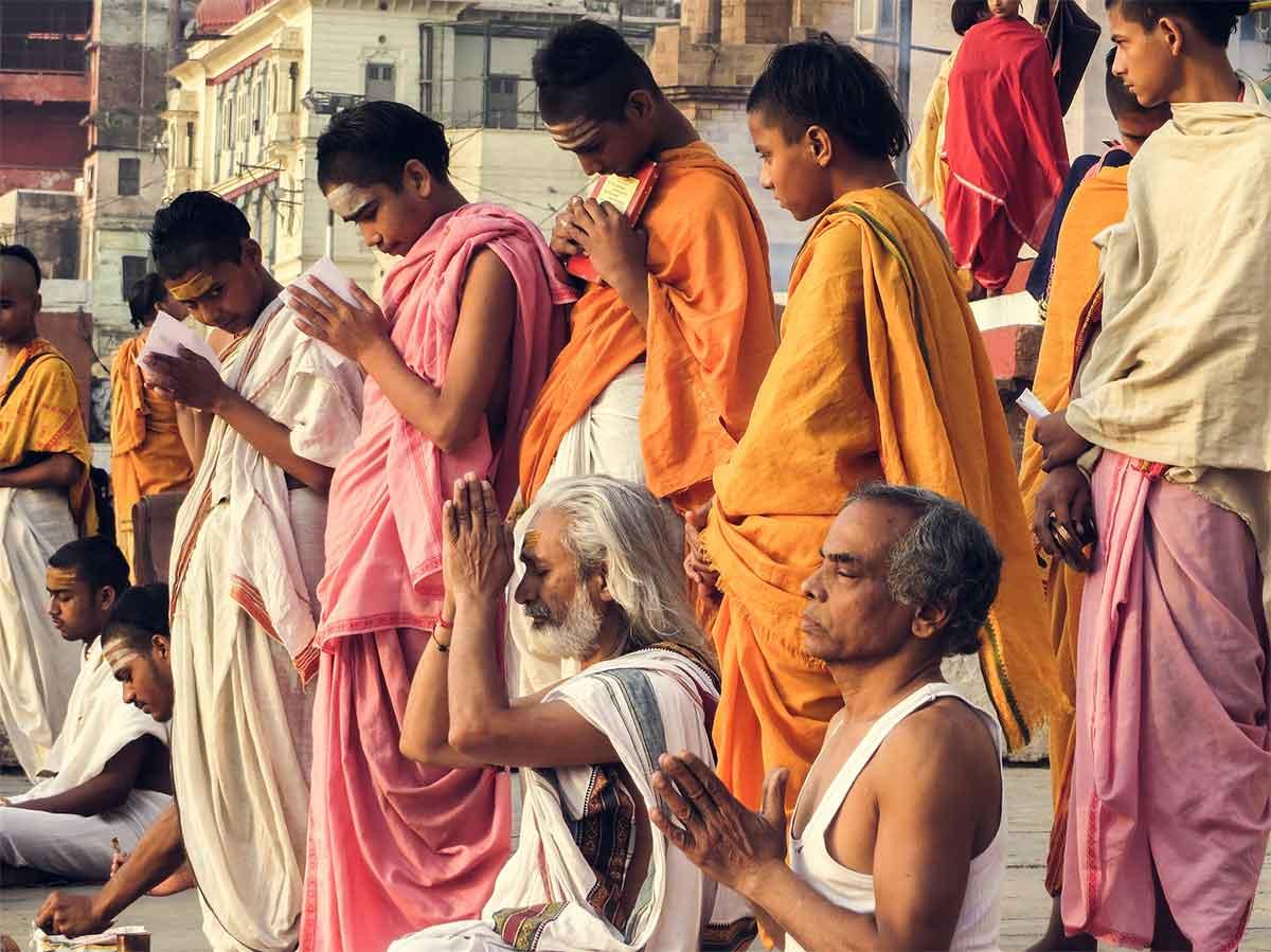 brahman sur les ghats à Benares