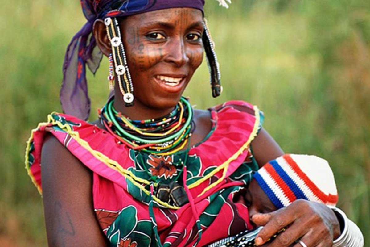 Une femme locale avec son bébé au Bénin
