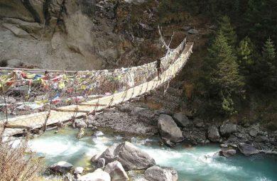 traversée pont suspendu au Népal